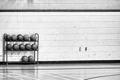 Reihen von Basketbällen Lizenzfreies Stockbild