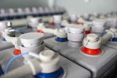 Reihen von Batterien im industriellen Ersatzstromnetz Batteriesatz im Batterieraum druckspeicher lizenzfreie stockbilder
