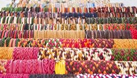 Reihen von bunten Armbändern Stockbild