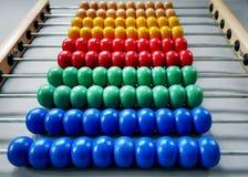 Reihen von bunten Holzperlen des Abakusses, damit Kinder Mathe lernen lizenzfreie stockfotos