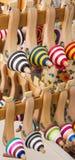 Reihen von bunten Oberteilen Lizenzfreies Stockfoto