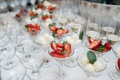 Reihen von Cocktailgläsern mit neuer Sommerfrucht- und -beeren-PR Stockfotos
