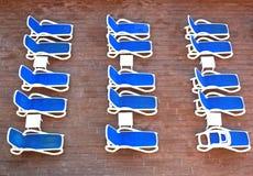 Reihen von den deckchairs, die auf Gäste warten Stockfoto