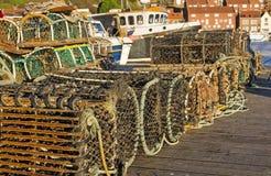 Reihen von den Krabben-Töpfen angehäuft auf dem Quay Stockfoto