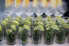Reihen von den leeren Gläsern vorbereitet für Aufnahme lizenzfreies stockfoto
