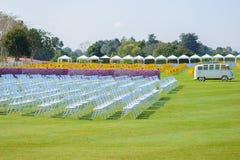 Reihen von den leeren Stuhlsitzen installiert für Ereignis im Freien Stockbilder