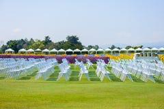 Reihen von den leeren Stuhlsitzen installiert für Ereignis im Freien Lizenzfreies Stockfoto