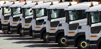 Reihen von DHL-LKWs stockbilder