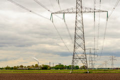 Reihen von Energiemasten in einer ländlichen Landschaft Lizenzfreies Stockfoto