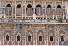 Reihen von Fenstern des 19. Jahrhunderts in Gujarat, Indien Stockfotos
