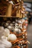 Reihen von festlichen Weihnachtsbällen am Marktregal Lizenzfreies Stockfoto
