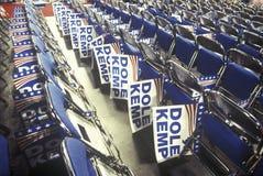 Reihen von gefalteten Stühlen und von Dole-/Kemp-Zeichen an republikanischen Nationalkonventim Jahre 1996, San Diego, CA Lizenzfreies Stockfoto