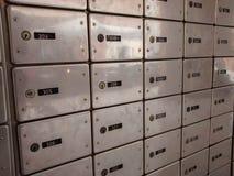 Reihen von glänzenden silbernen Postkästen, mit schwarzer Zahl etikettiert lizenzfreies stockfoto
