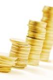 Reihen von Goldstapelmünzen Stockfotos