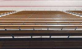 Reihen von hölzernen gelben Stadionssitzen Lizenzfreies Stockbild