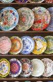 Reihen von handgemalten türkischen Platten auf Regal Stockbilder