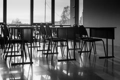 Reihen von leeren Konferenz-Stühlen und Schatten Stockfotos