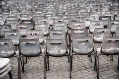 Reihen von leeren Plastiksitzen, Einstellung im Freien Lizenzfreie Stockfotografie