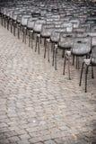 Reihen von leeren Plastiksitzen, Einstellung im Freien Stockfotografie