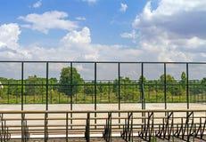 Reihen von leeren Sitzen der hölzernen Haupttribüne des Tennisfeldes Stockbild