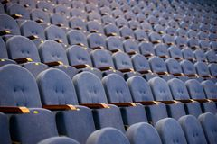 Reihen von leeren Sitzen im Konferenzsaal Stockfotos