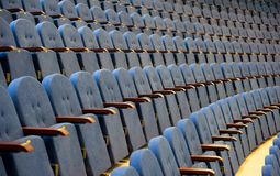 Reihen von leeren Sitzen im Konferenzsaal Lizenzfreies Stockbild