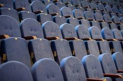 Reihen von leeren Sitzen im Konferenzsaal Lizenzfreie Stockbilder