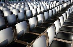 Reihen von leeren Stühlen bereiteten sich für ein Innenereignis vor Lizenzfreies Stockfoto