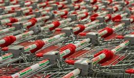 11/09 - Reihen von leeren Supermarktlaufkatzen am weithin bekannten Einkaufsspeicher Stockbilder