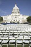 Reihen von leeren weißen Stühlen Stockbild