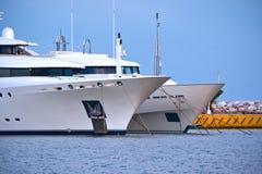 Reihen von Luxusyachten am Jachthafendock Stockfotografie