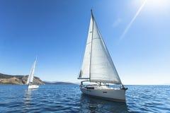 Reihen von Luxusyachten am Jachthafendock Boote in der Segelnregatta stockfotos