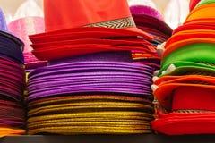 Reihen von mehrfarbigen Strohpanama-Hüten stockfotografie