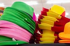 Reihen von mehrfarbigen Strohpanama-Hüten lizenzfreie stockfotografie
