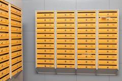 Reihen von Metallbriefkästen stockbild