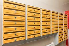 Reihen von Metallbriefkästen lizenzfreies stockfoto