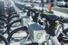 Reihen von Mietfahrrädern draußen lizenzfreie stockfotos