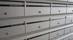 Reihen von neues graues Metallverschlossenen Briefkästen stockbild