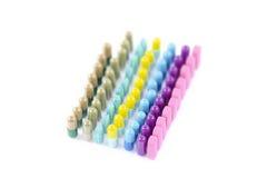 Reihen von Pillen und von Tabletten stockfoto
