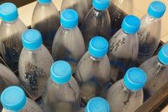 Reihen von Plastikwasserflaschen Lizenzfreie Stockfotografie