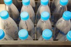 Reihen von Plastikwasserflaschen Stockfoto