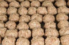 Reihen von rohen Fleischklöschen Stockfoto