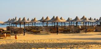 Reihen von Sonne Sonnenschirmen und sunbeds auf dem Strand stockfotografie