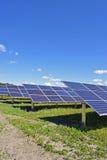 Reihen von Sonnenkollektoren Lizenzfreies Stockfoto