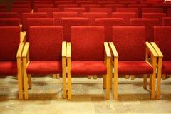 Reihen von Stühle in der leeren Darstellungshalle. Stockfotografie