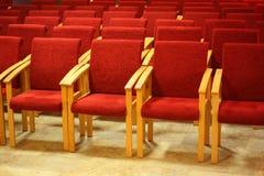 Reihen von Stühle in der leeren Darstellungshalle. Lizenzfreie Stockfotos