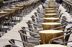 Reihen von Stühlen Stockfotos