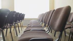 Reihen von Stühlen im Konferenzsaal Lizenzfreies Stockbild
