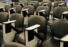 Reihen von Vortragstühlen stockfoto