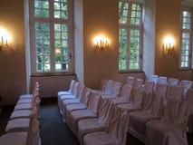 Reihen von weißen Stühlen in der Hochzeitshalle lizenzfreie stockfotografie